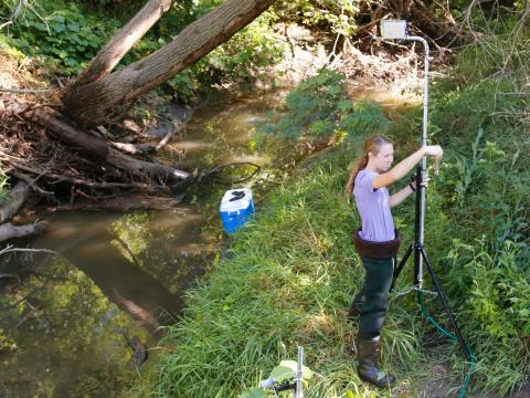 Brittany Kirsch setting up rainfall simulator. | Shawna Richter-Ryerson, School of Natural Resources
